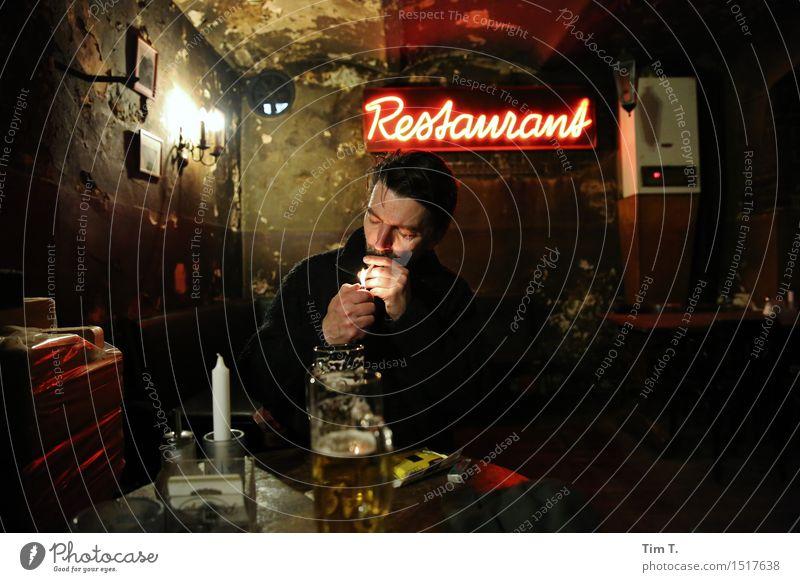 Restaurant Nachtleben Bar Cocktailbar ausgehen trinken Feste & Feiern Mensch maskulin Erwachsene 1 45-60 Jahre Stimmung Rauchen Lokal Farbfoto Innenaufnahme