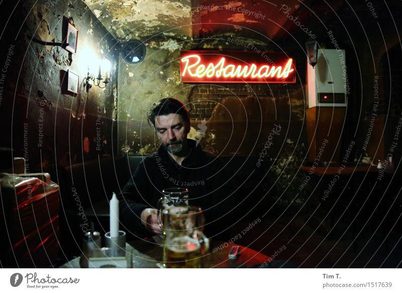 Restaurant Mensch maskulin Mann Erwachsene 1 45-60 Jahre Freizeit & Hobby Kneipe Bier Raum alt Berlin Feierabend Farbfoto Innenaufnahme Abend Kunstlicht