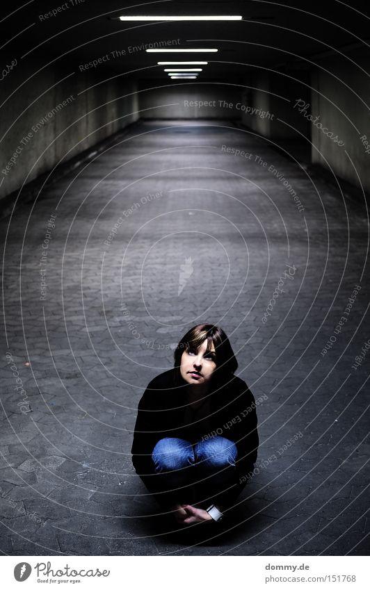 dot Frau dunkel Angst klein sitzen Unendlichkeit Tunnel Verzweiflung Schatten unheimlich Angsthase ducken