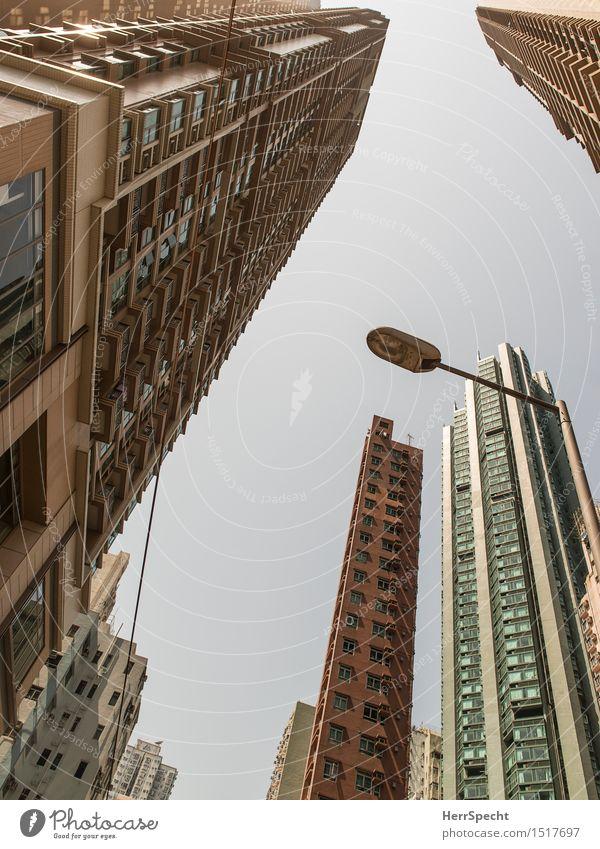 Fallende Türme Himmel Stadt Fenster Architektur Gebäude Fassade modern Hochhaus groß bedrohlich Platzangst Bauwerk Skyline Balkon Wolkenloser Himmel
