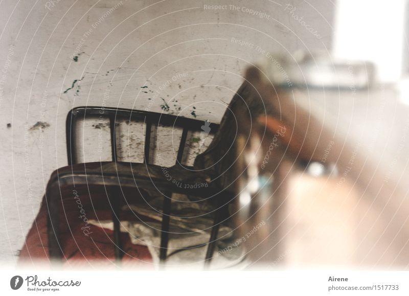 zum Aussitzen Häusliches Leben Wohnung Innenarchitektur Möbel Sofa Sessel Wohnzimmer alt warten Armut dreckig trist braun grau Sorge Müdigkeit Erschöpfung