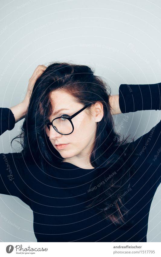 Selfiposer feminin Junge Frau Jugendliche 1 Mensch 18-30 Jahre Erwachsene T-Shirt Pullover Stoff Brille schwarzhaarig brünett langhaarig Locken berühren