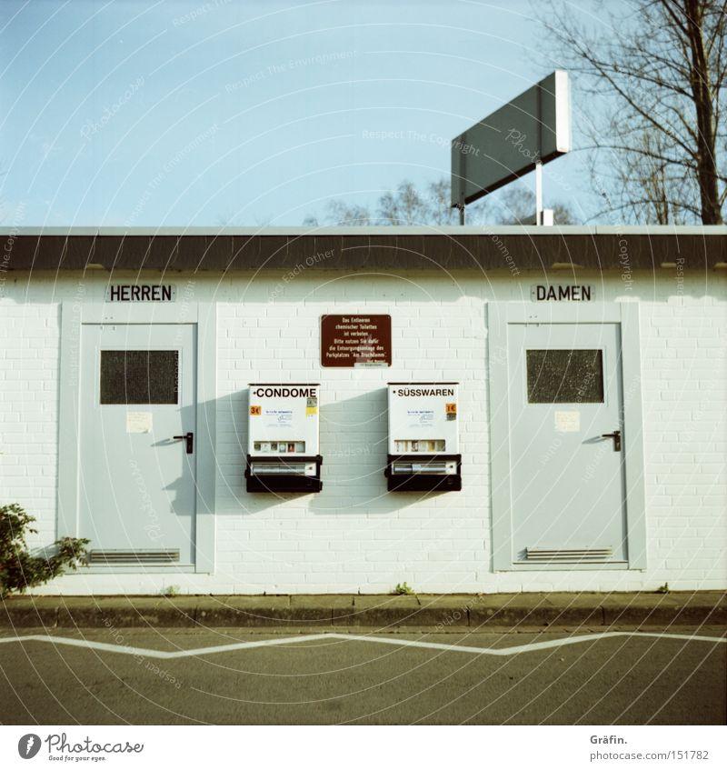 Klischee Toilette offen Dame Herr Haus Tür Automat Kondom Süßwaren Parkplatz Lomografie Dorf Hinweisschild Buchstaben Schriftzeichen Bedürfnisanstalt