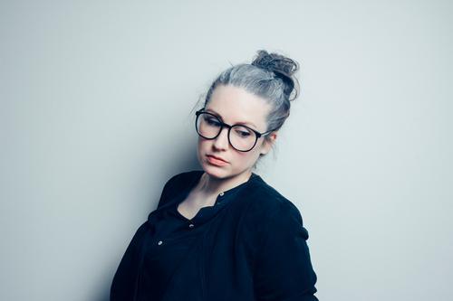 Grauschleier. Mensch Frau Jugendliche schön Junge Frau ruhig 18-30 Jahre Erwachsene Leben feminin grau Stimmung authentisch ästhetisch Brille Weiblicher Senior