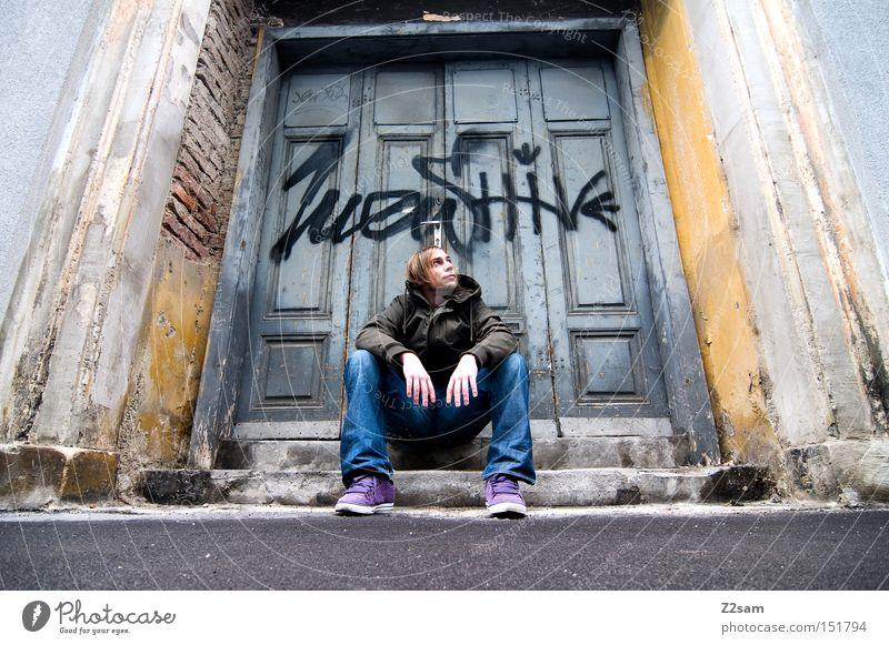 IN THE GHETTO Mann Einsamkeit Straße Graffiti Architektur Stil Tür sitzen Tor trashig lässig Ghetto