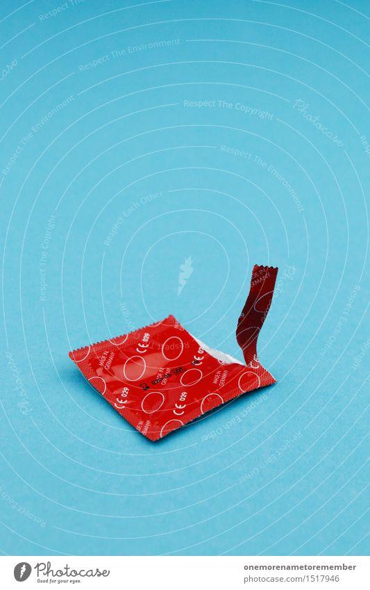 Rotes Kondom auf blauem Grund Kunst Kunstwerk ästhetisch Sex Sexualität Verhütungsmittel rot schwanger Sexpraktiken Sex-shop Sexuelle Neigung Kontrast offen