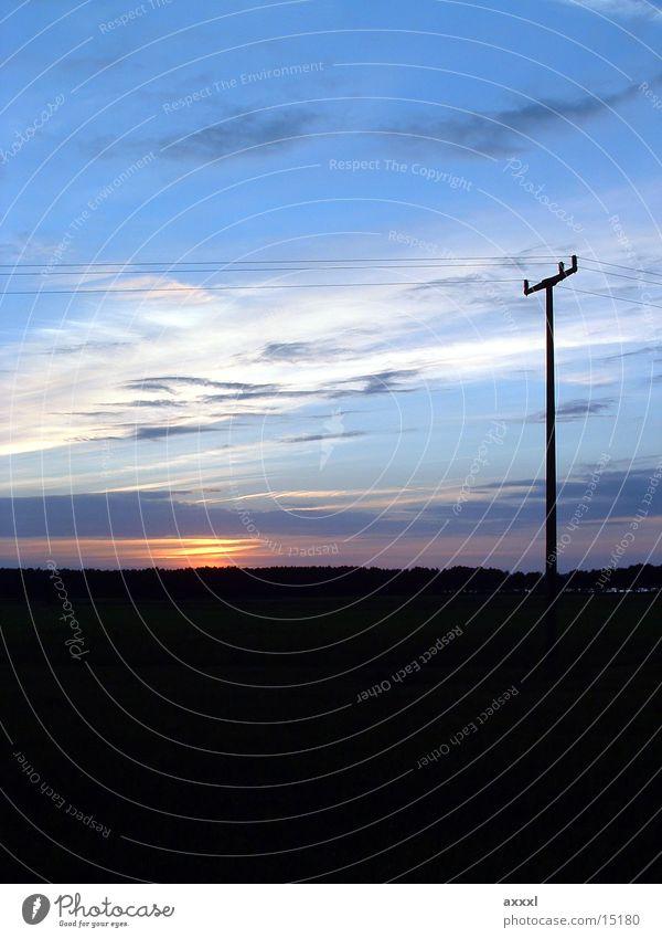 Sonnenenergie? Dämmerung Horizont Sonnenuntergang Strommast Oberleitung dunkel Abend