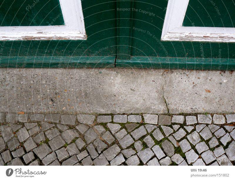 Geschlossen. Erde Tor Tür Bürgersteig Verkehrswege Straße Stein Beton Holz kalt trist unten grün Reinlichkeit Sauberkeit Langeweile ruhig Symmetrie