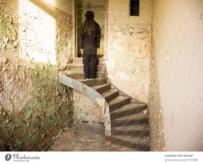 FAST OBEN Treppe alt Einsamkeit stehen Lichteinfall Sonnenlicht Farbe Farbstoff platzen schäbig Linie Raum dreckig warten verfallen Mann schön