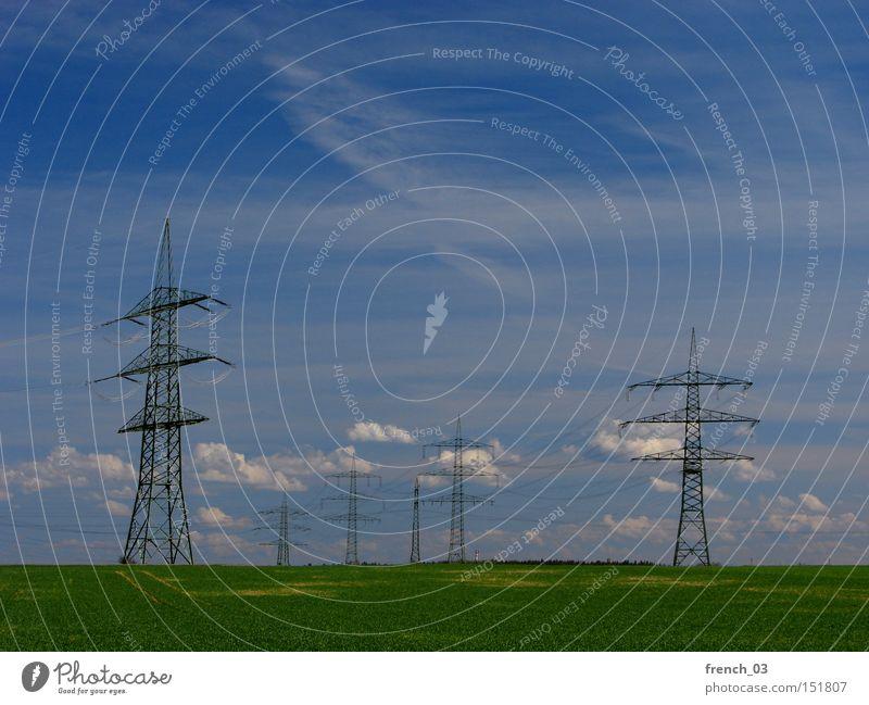 Überall Strom III Natur Himmel Wolken Ferne Landschaft Umwelt Energie Horizont Elektrizität gefährlich Technik & Technologie Güterverkehr & Logistik Landwirtschaft Wirtschaft Strommast Politik & Staat