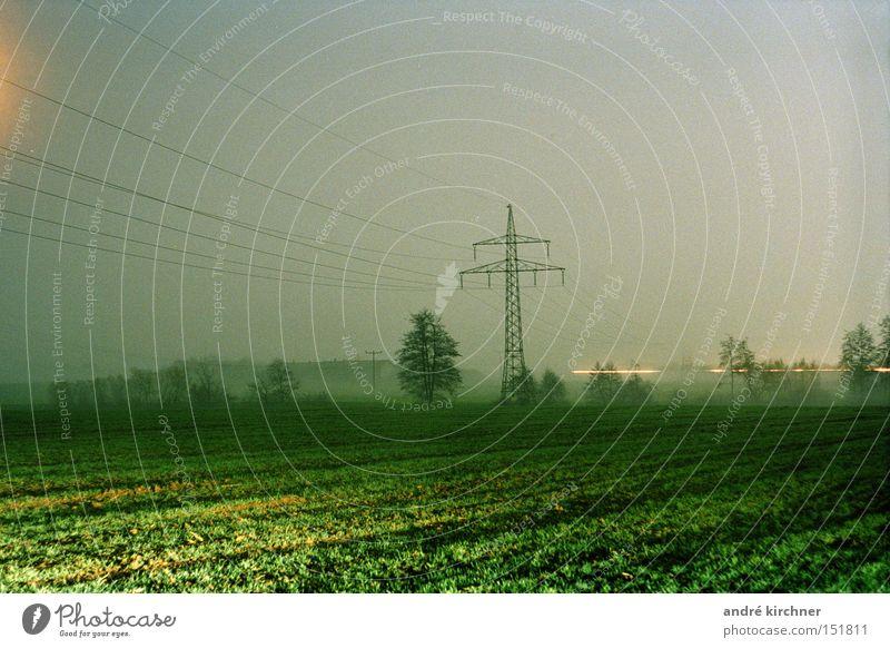 00:17 uhr Getreide Telekommunikation Kabel Himmel Herbst Baum Gras Feld Kommunizieren frei trist weich Bewegung Energie Erwartung Ernte Scheune Elektrizität