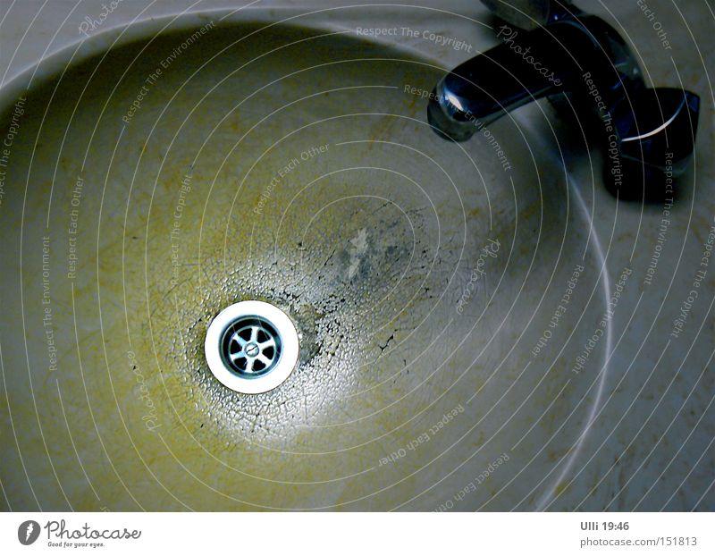 Der Zahn der Zeit im Überblick. Farbfoto Innenaufnahme Kunstlicht Bad Wasser Kunststoff alt dreckig Ekel gruselig rund grau Entsetzen Ärger Verfall Waschbecken