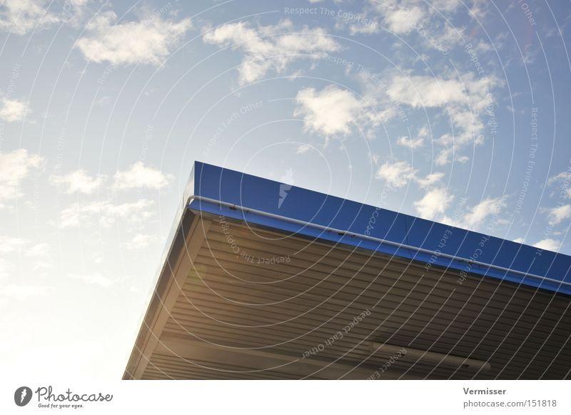 Durchdacht. schön Himmel Sonne blau Winter Wolken Einsamkeit kalt Denken Industrie Trauer Ecke Dach Schutz Schönes Wetter Geborgenheit
