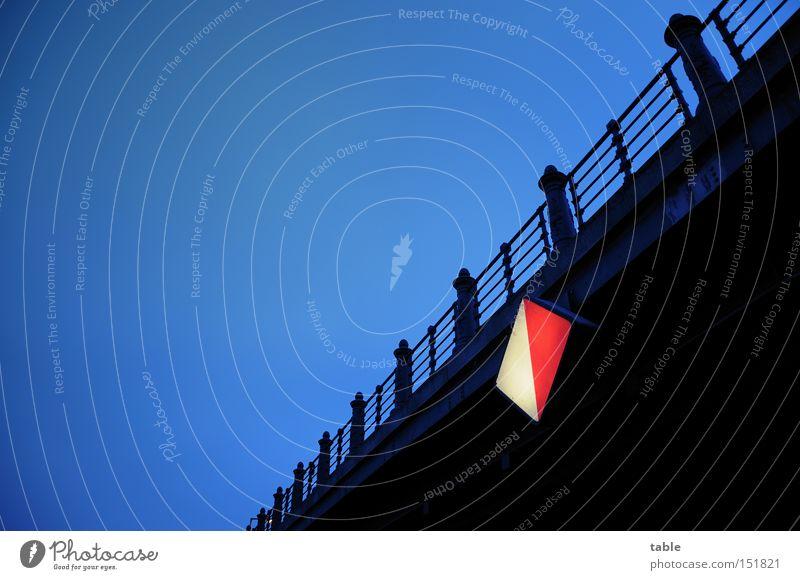 links halten Himmel blau schwarz dunkel Brücke Hinweisschild Schifffahrt Warnhinweis Brückengeländer Spree Symbole & Metaphern