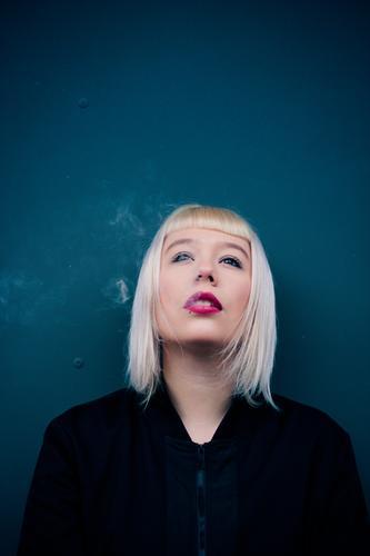Smoking kills Mensch Jugendliche schön Junge Frau rot 18-30 Jahre Erwachsene feminin Denken blond ästhetisch authentisch Coolness Vertrauen Rauch Rauchen