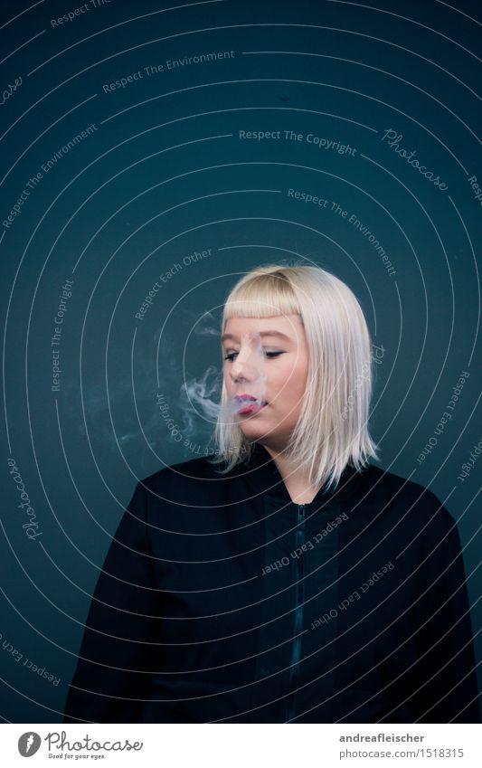 Schall und Rauch. Mensch Jugendliche Junge Frau ruhig 18-30 Jahre Erwachsene Leben feminin blond ästhetisch Bekleidung Pause Stoff trendy Jacke