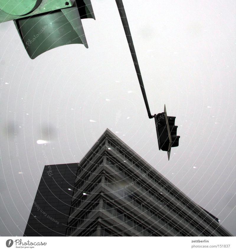 Angeblitzte Ampel Haus Hochhaus Gebäude Verkehr Straßenverkehr Regel Verkehrsregel Herbst Winter Nieselregen Tiefdruckgebiet Infrastruktur Architektur Berlin