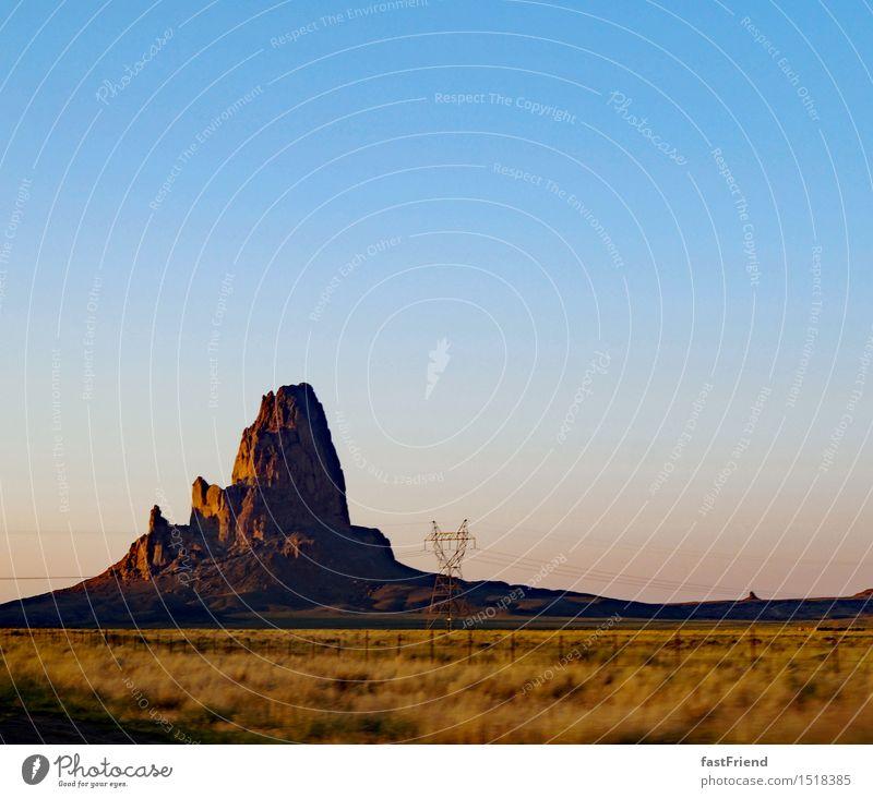 Nur ein Felsen Dürre Hügel Gipfel Wüste Ferien & Urlaub & Reisen frei Unendlichkeit Monument Valley Amerika USA Roadtrip Zaun Hochspannungsleitung Straße