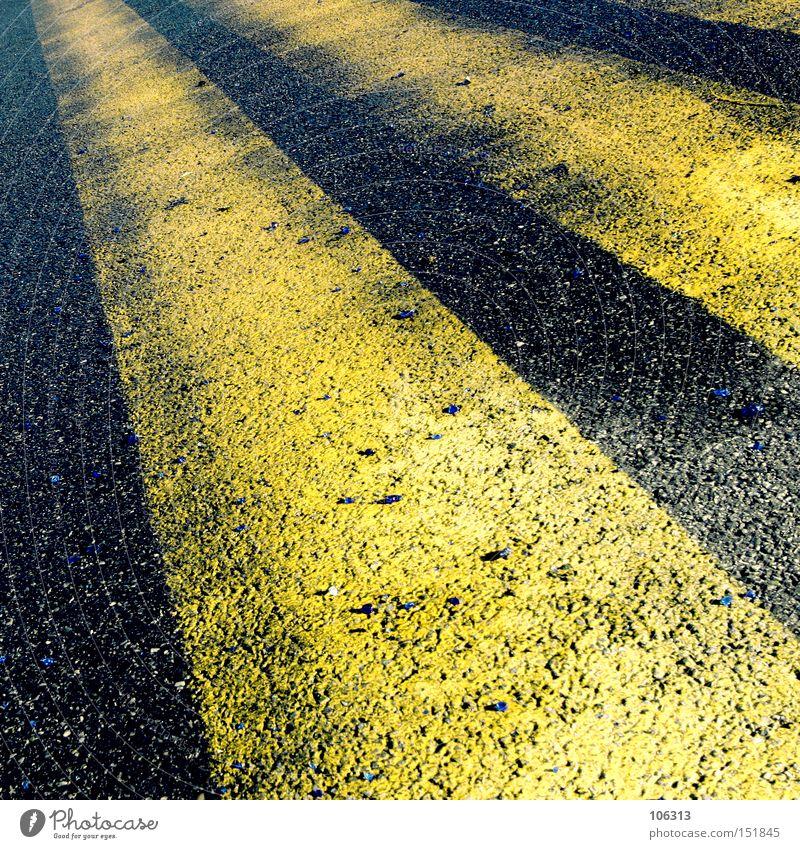 Fotonummer 106474 Schilder & Markierungen Fahrbahn gelb Sonnenstrahlen Fälschung Asphalt Streifen graphisch Perspektive Zentralperspektive fahren Flughafen
