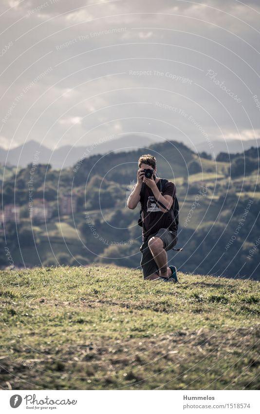 Fotograf im Freien Ferien & Urlaub & Reisen Sommer Mensch maskulin Junger Mann Jugendliche Erwachsene 1 18-30 Jahre Arbeit & Erwerbstätigkeit knien ästhetisch