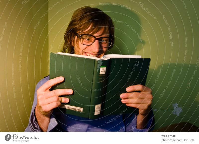 Intensivstudium Buch Freak Brille lesen Student lernen grinsen lachen Schatten Hochschullehrer Wissenschaften Philosoph Medien Jugendliche Bildung klug gelehrt