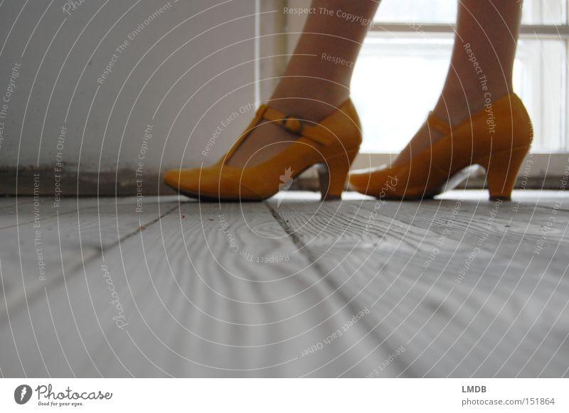 Im Stiegenhaus gelb Fenster Fuß Schuhe Beine dreckig Bekleidung Perspektive Bodenbelag Flur Treppenhaus Damenschuhe Fußknöchel