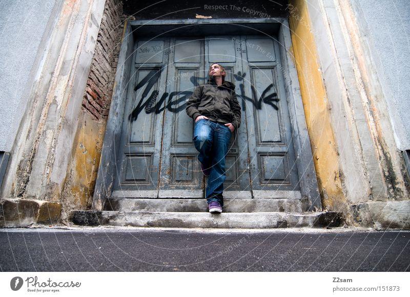 IN THE GHETTO II Mann Einsamkeit Straße Graffiti Stil Tür stehen verfallen Tor trashig lässig Ghetto Straßenkunst