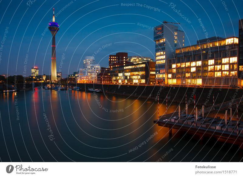 Düsseldorf Medienhafen Lifestyle Stil Wasser Deutschland Stadt Haus Turm Architektur Sehenswürdigkeit Hafen blau mehrfarbig Stimmung Kultur Kunst Farbfoto