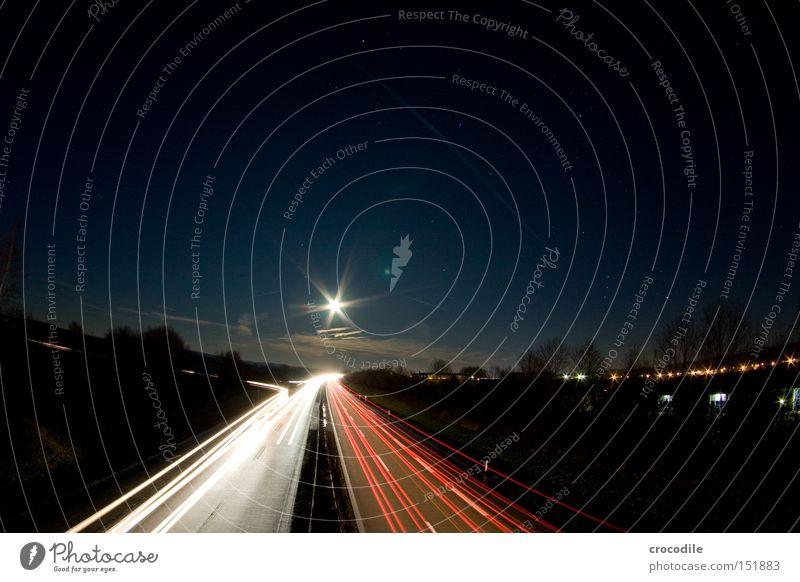Sternstraße Autobahn Straße Verkehr Mond Licht Nacht dunkel Abend Geschwindigkeit Weltall Baum Wolken Langzeitbelichtung schön Kraft Stern (Symbol) Bewegung
