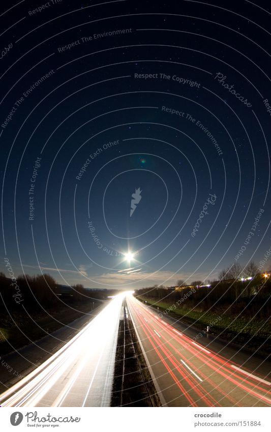 Sternstraße Autobahn Straße Verkehr Mond Licht Nacht dunkel Abend Geschwindigkeit Weltall Baum Wolken Verkehrswege Langzeitbelichtung schön Stern (Symbol)