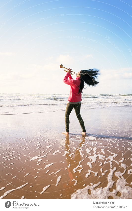 Gegen den Wind Mensch Frau Meer Freude Strand Erwachsene Leben feminin Stil Lifestyle frisch elegant Musik Wind Fröhlichkeit Lebensfreude