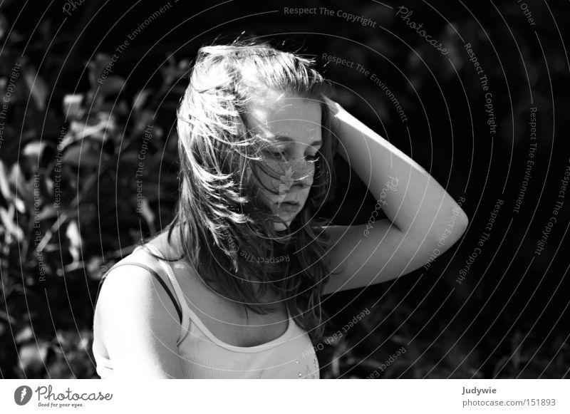 Es war windig Schwarzweißfoto Wind Sturm Gedanke Frau Sommer Gefühle Trauer Top Verzweiflung Haare & Frisuren nachdenken Traurigkeit Wetter