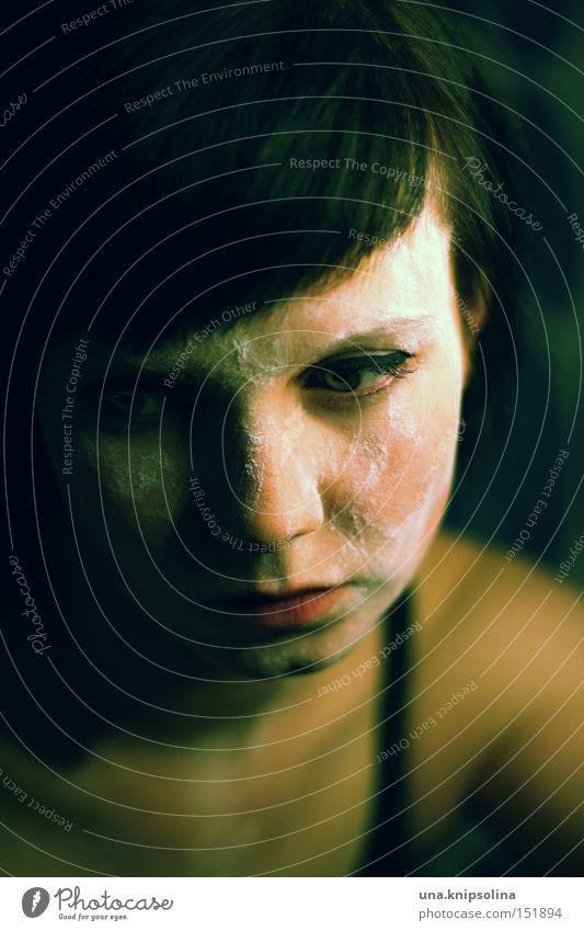 black to green Frau Winter Einsamkeit Erwachsene dunkel Traurigkeit Denken Angst nachdenklich Trauer Krankheit eng Verzweiflung ernst dunkelhaarig