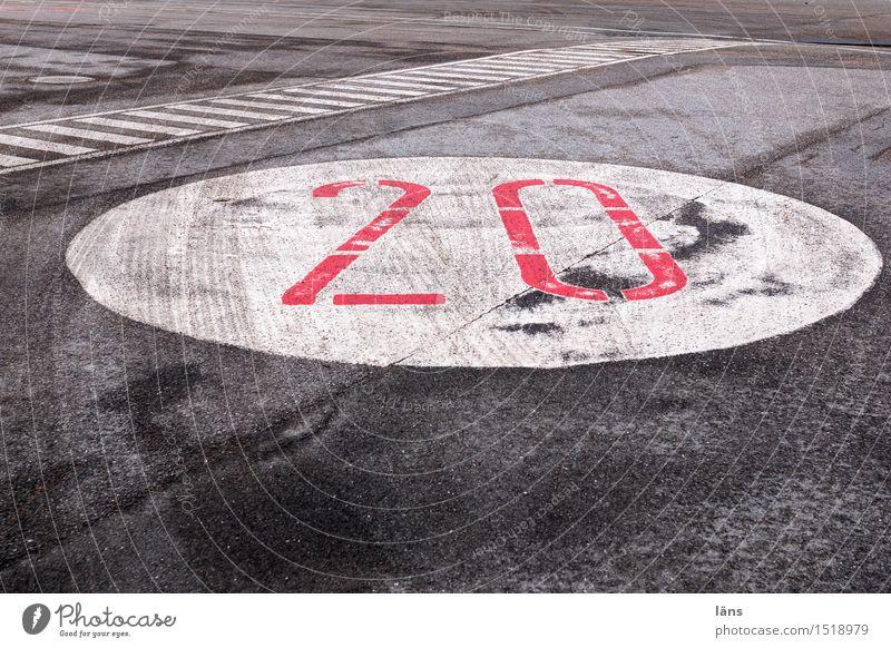 HH16.1 | zwanzig Verkehr Verkehrswege Straße Wege & Pfade Ziffern & Zahlen Stadt Asphalt Streifen Farbfoto Außenaufnahme Textfreiraum unten Tag