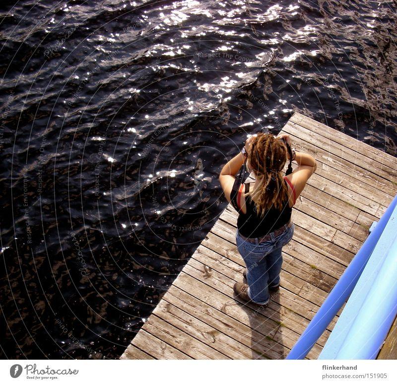 la foto See Meer blau Fotokamera Steg Ferne Wasser nass Frau Holz Ferien & Urlaub & Reisen Erholung Konzentration Freizeit & Hobby Sommer Schweden Badesee