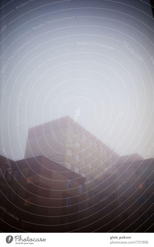 Nebel. Gebäude Umnebelung Licht Lichterscheinung dunkel weiß gelb Russland Haus Entwurf Block Klotz blockieren Fenster Architektur Asien Herbst Blitzeffekt