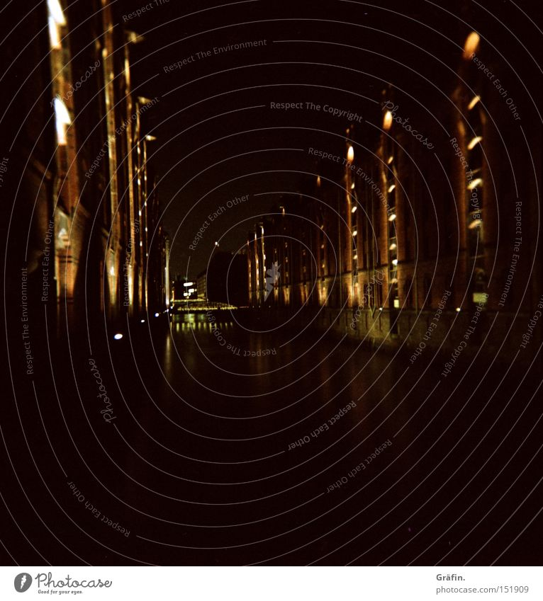 Nachtsicht Wasser Beleuchtung Hamburg Denkmal historisch Wahrzeichen Elbe Dachboden Abwasserkanal Hamburger Hafen Alte Speicherstadt Fleet