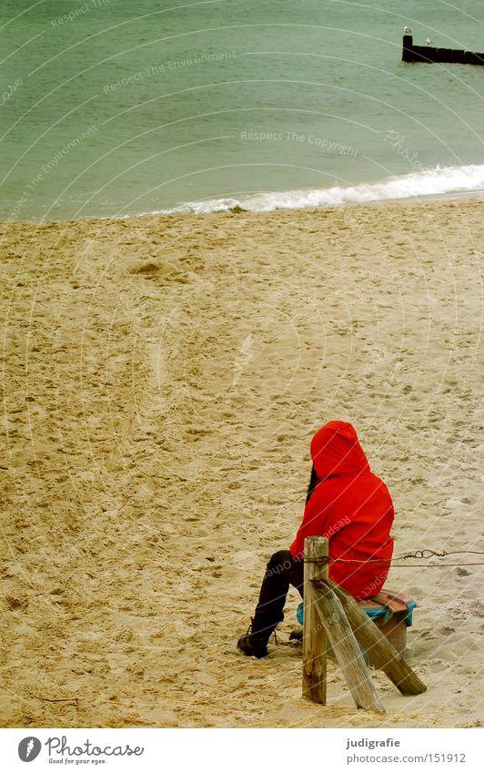 Rot am Strand Frau Mensch Mädchen Meer rot Ferien & Urlaub & Reisen Einsamkeit Farbe kalt Herbst Denken Sand Küste Regenjacke