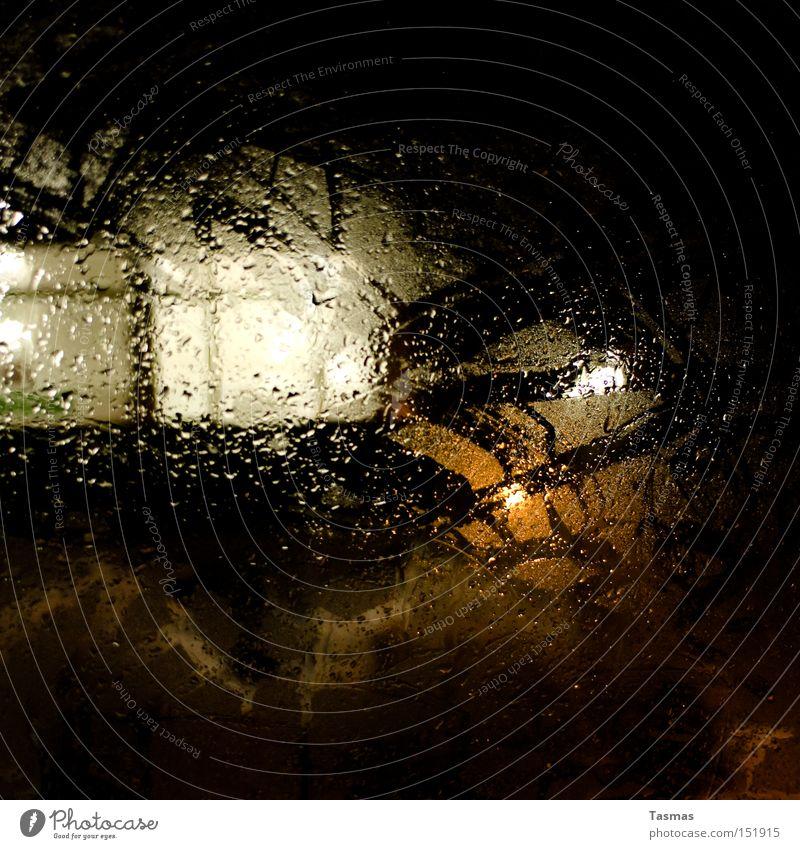Platz am Fenster Fensterscheibe Autofenster Scheibe Regen Wassertropfen Tropfen Nacht Licht Farbe Kontrast dunkel ungewiss Detailaufnahme