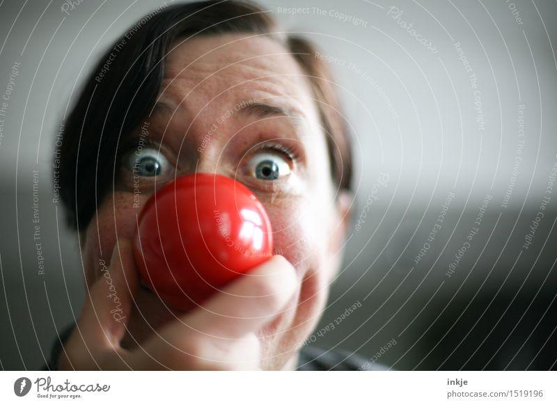 Nahaufnahme Frauenportrait mit roter Clownsnase Lifestyle Freude Freizeit & Hobby Entertainment Feste & Feiern Karneval Erwachsene Leben Gesicht Nase Knollnase