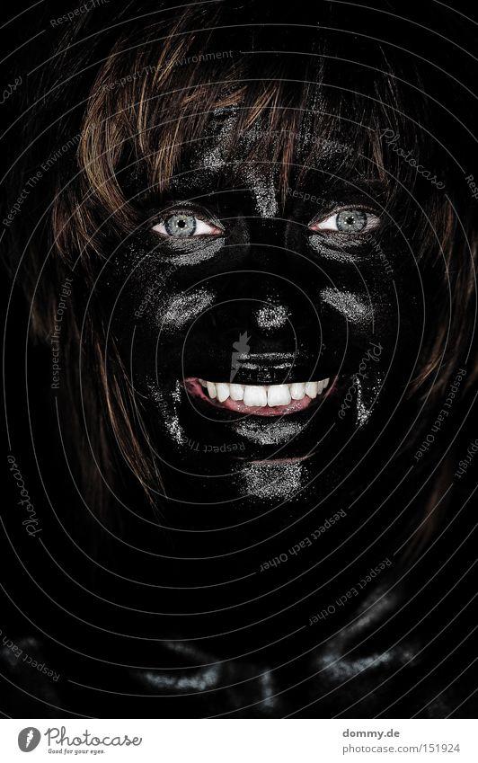 black mama Frau schwarz dunkel Tarnfarbe angemalt lachen Gesicht Porträt blau Freundlichkeit Freude Dame Auge Zähne