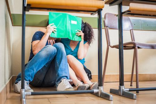 Frau Jugendliche Mann Freude Erwachsene Liebe lustig Glück Lifestyle Schule Paar Zusammensein Freundschaft frei sitzen Tisch