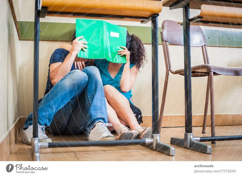 Paarstudenten, die im Klassenzimmer küssen Frau Jugendliche Mann Freude Erwachsene Liebe lustig Glück Lifestyle Schule Zusammensein Freundschaft frei sitzen