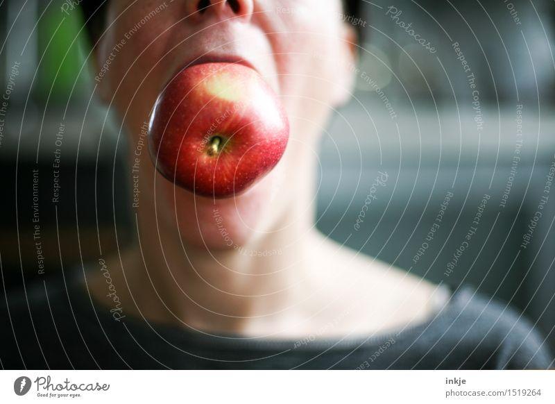 Im Großen und Ganzen Lebensmittel Frucht Apfel Ernährung Essen Bioprodukte Vegetarische Ernährung Lifestyle Freude Freizeit & Hobby Frau Erwachsene Kopf Mund 1