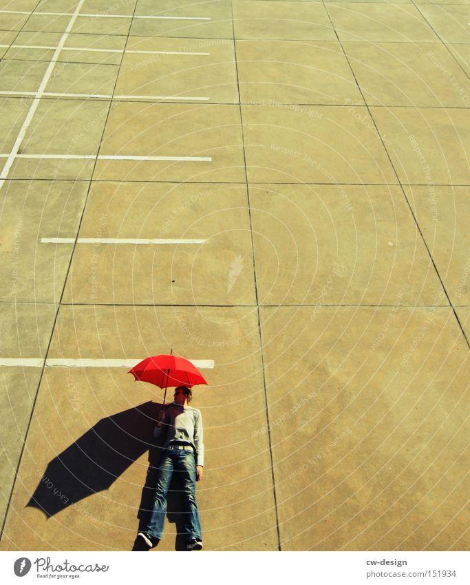 AntiVir On Regenschirm Mensch rot Beton Vogelperspektive Parkplatz Parkdeck Schönes Wetter Schatten Mann maskulin gegen stehen liegen Freude Jugendliche