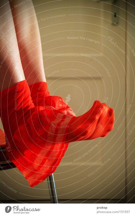 Abspann Frau schön Beine Fuß Tür sitzen Pause Zehen Qualität attraktiv rasiert Strapse Unterwäsche