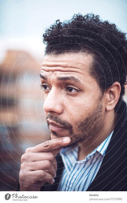 Überzeugter attraktiver Mulatte Mann in der städtischen Umwelt Lifestyle Stil Freude Sonne Flirten Erfolg Erwachsene Mode Afro-Look Coolness Erotik gut heiß
