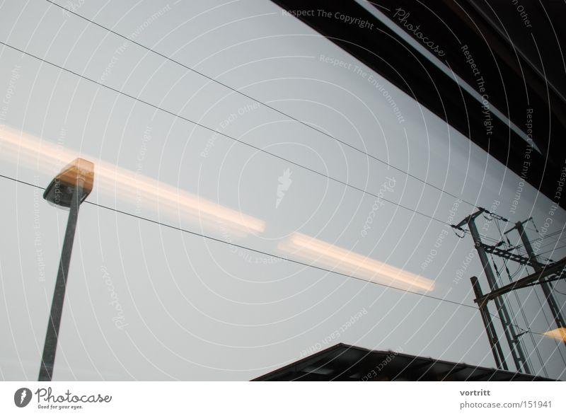 flucht . Lampe dunkel Eisenbahn Geschwindigkeit Perspektive Industrie Elektrizität Industriefotografie Kabel graphisch sehr wenige