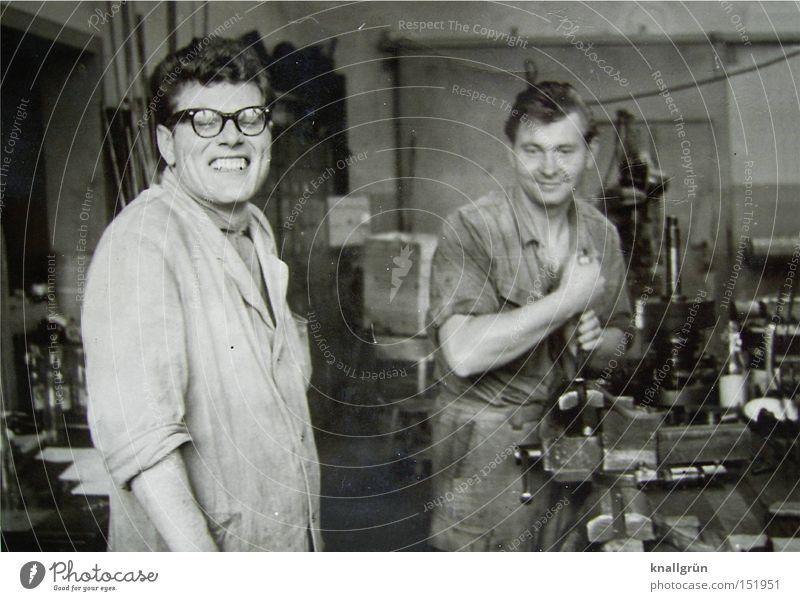 Werkzeugmacher Arbeit & Erwerbstätigkeit Arbeiter Beruf Mitarbeiter Arbeitsbekleidung Schwarzweißfoto Sechziger Jahre Maschine Handwerk Mann