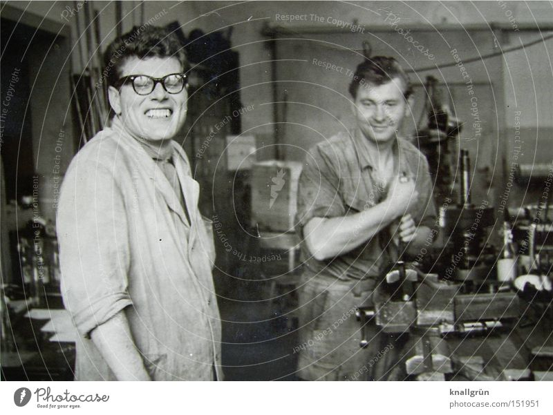 Werkzeugmacher Mann Arbeit & Erwerbstätigkeit Beruf Handwerk Maschine Mitarbeiter Sechziger Jahre Arbeiter Schwarzweißfoto Arbeitsbekleidung